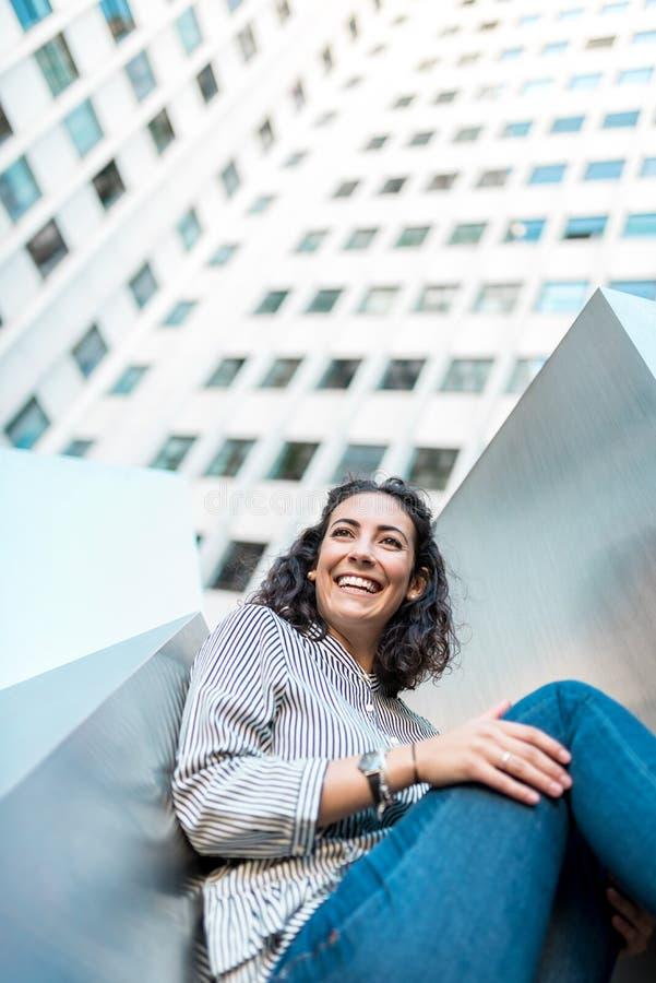 Chica joven hermosa al aire libre que sonríe imágenes de archivo libres de regalías