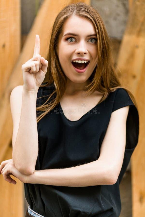 Chica joven hermosa con el índice que aparece imagen de archivo
