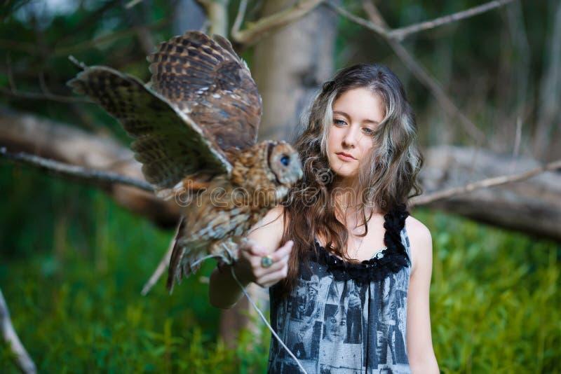 Chica joven hermosa con el búho imagenes de archivo