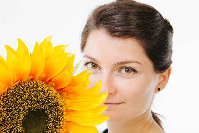 Chica joven hermosa con el girasol foto de archivo libre de regalías