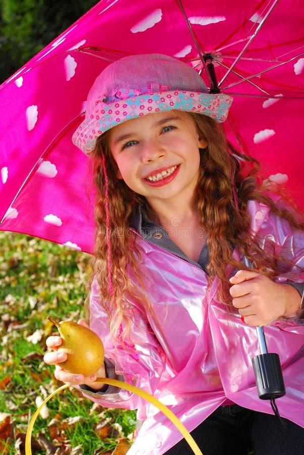 Chica joven hermosa con el paraguas imagen de archivo