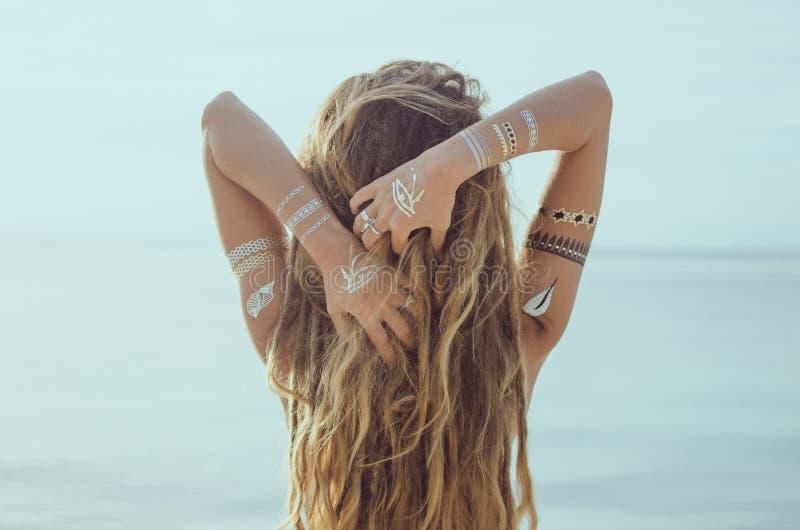 Chica joven hermosa con el tatuaje de destello imagen de archivo