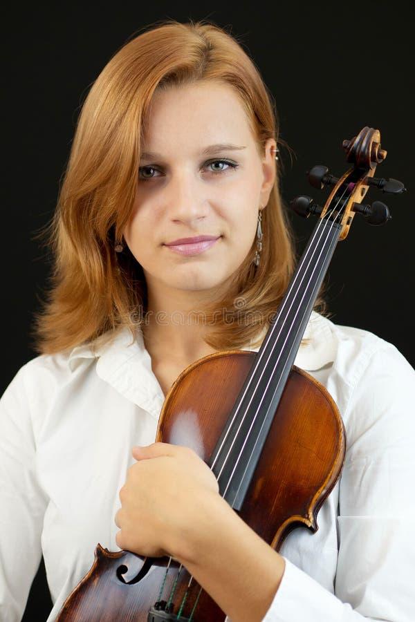Chica joven hermosa con el violín fotos de archivo libres de regalías