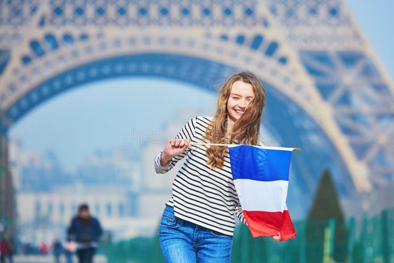 Chica joven hermosa con la bandera nacional francesa imagen de archivo libre de regalías