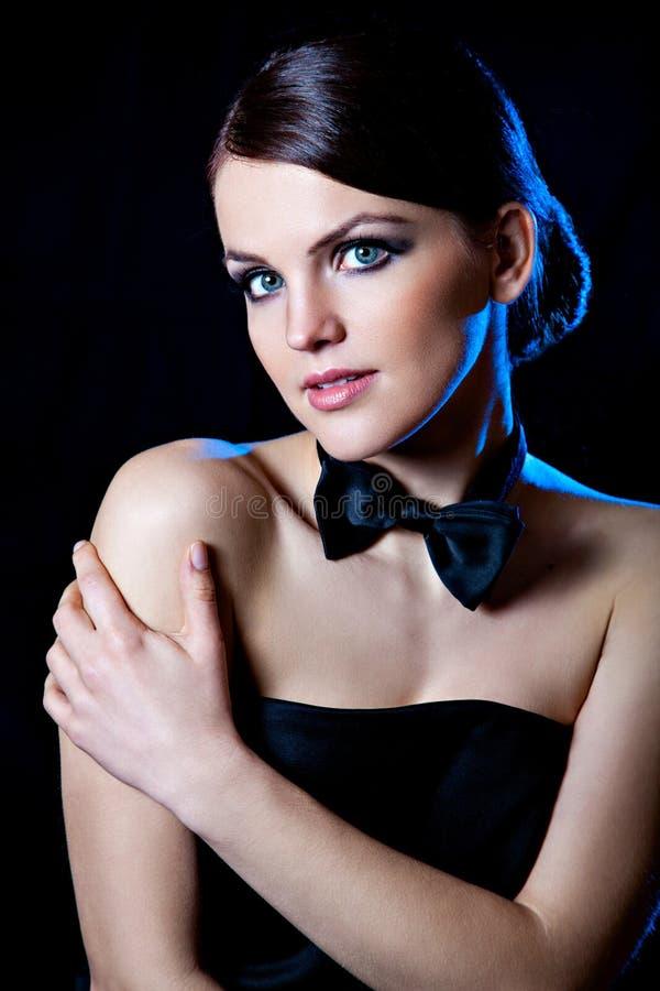 Chica joven hermosa con la corbata de lazo negra foto de archivo libre de regalías