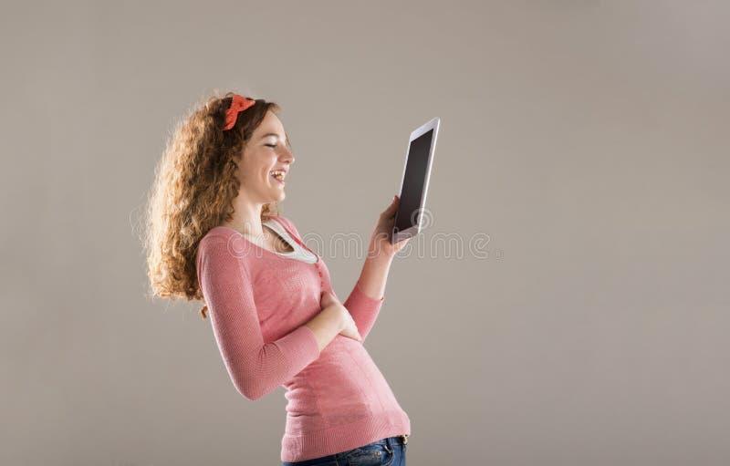 Muchacha con la tableta fotografía de archivo