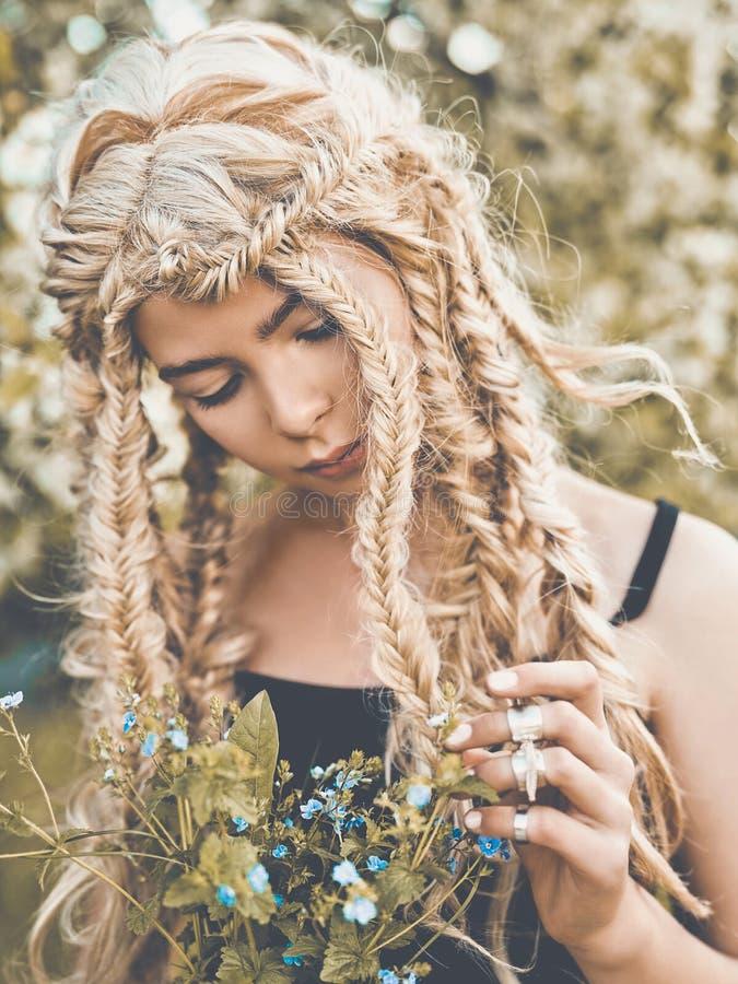Download Chica Joven Hermosa Con Las Coletas Imagen de archivo - Imagen de manera, hippie: 100525391