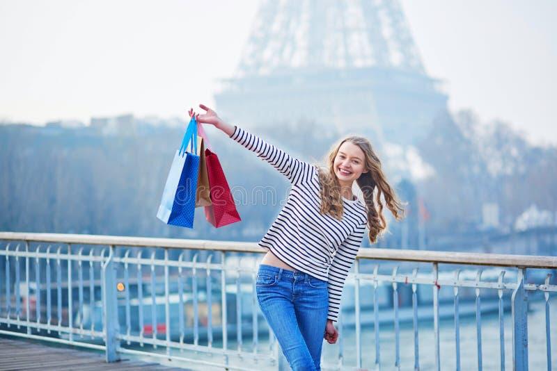 Chica joven hermosa con los panieres en París fotografía de archivo