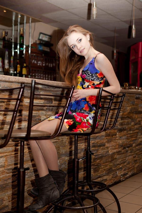 Chica joven hermosa con su pelo abajo en la barra imágenes de archivo libres de regalías