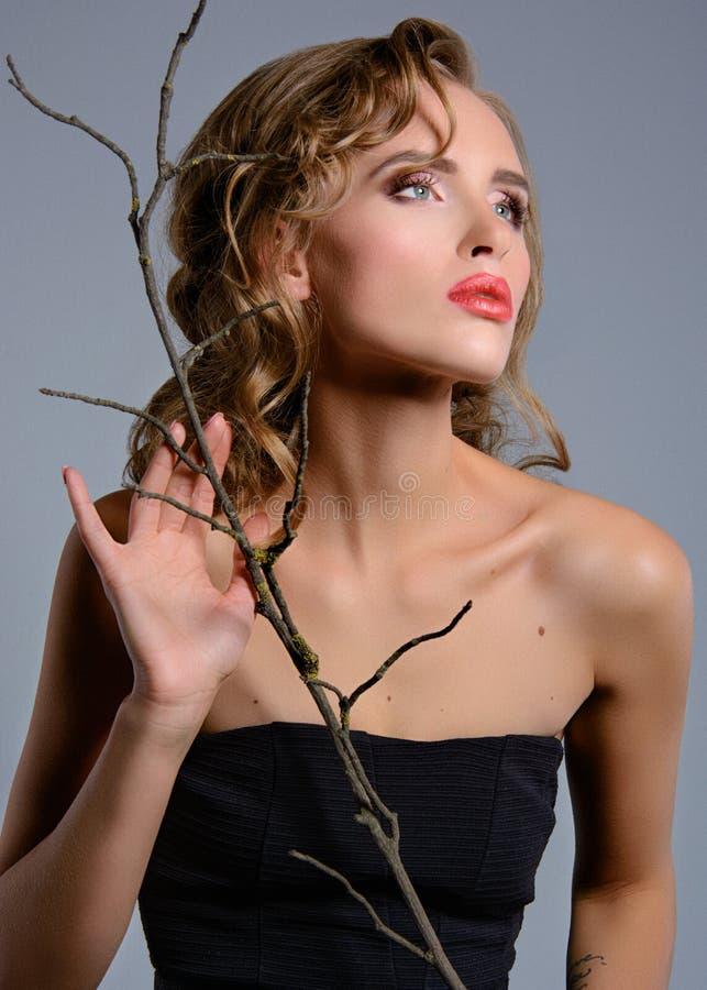 Chica joven hermosa con un maquillaje de la tarde y un pelo rubio largo fotografía de archivo