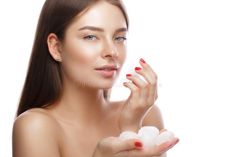 Chica joven hermosa con un maquillaje natural ligero, un hielo y una piel perfecta Cara de la belleza imagenes de archivo