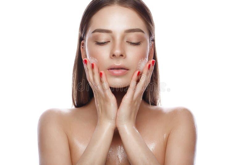 Chica joven hermosa con un maquillaje natural ligero, un hielo y una piel perfecta Cara de la belleza imágenes de archivo libres de regalías