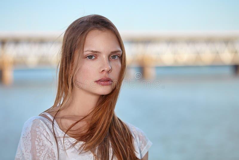 Chica joven hermosa del retrato en el fondo del agua foto de archivo