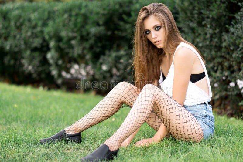 Download Chica Joven Hermosa En El Fondo De La Naturaleza Foto de archivo - Imagen de primer, modelo: 100530266