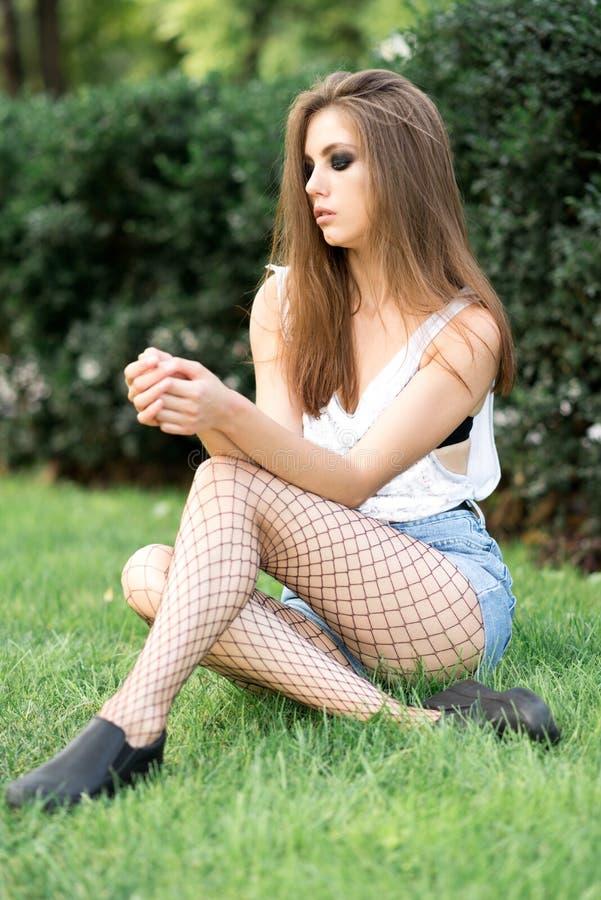 Download Chica Joven Hermosa En El Fondo De La Naturaleza Foto de archivo - Imagen de ocasional, alineada: 100530416