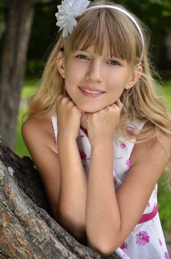 Chica joven hermosa en el parque fotos de archivo