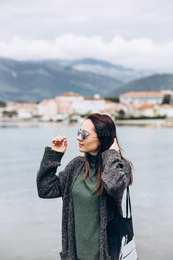Chica joven hermosa en gafas de sol fotos de archivo libres de regalías