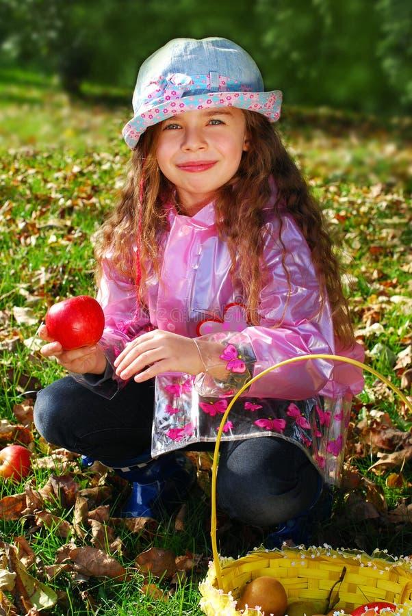 Chica joven hermosa en jardín del otoño fotografía de archivo
