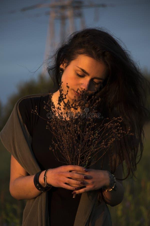 Chica joven hermosa en la chaqueta que se acuesta en hierba foto de archivo libre de regalías