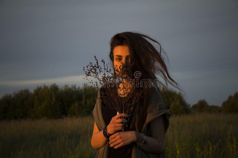 Chica joven hermosa en la chaqueta que se acuesta en hierba fotografía de archivo libre de regalías