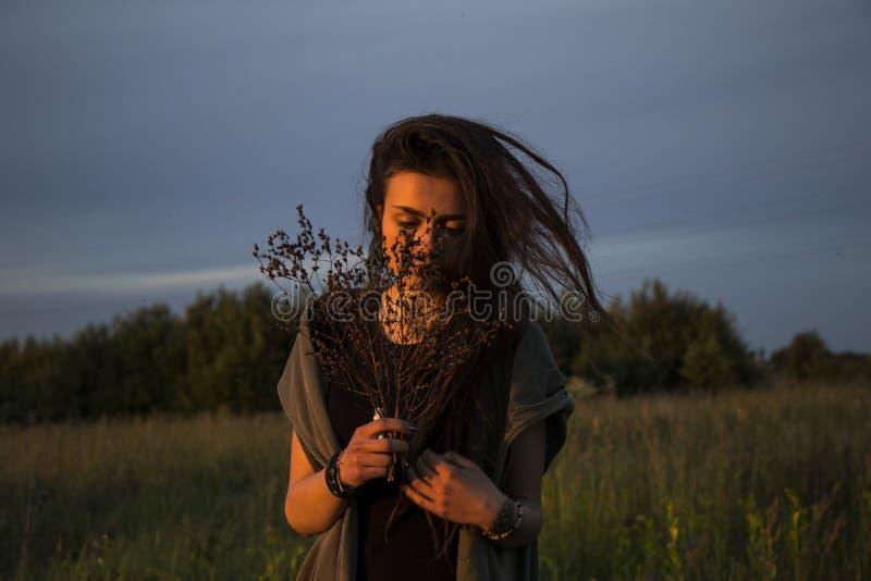 Chica joven hermosa en la chaqueta que se acuesta en hierba fotografía de archivo