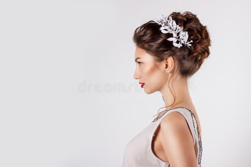 Chica joven hermosa en la imagen de la novia, peinado hermoso con las flores en su pelo, peinado de la boda para la novia imagen de archivo