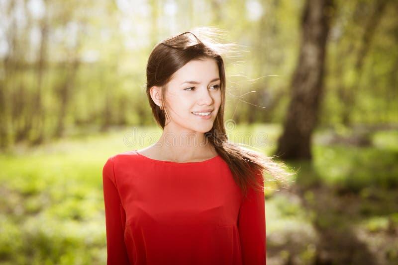 Chica joven hermosa en parque imagenes de archivo