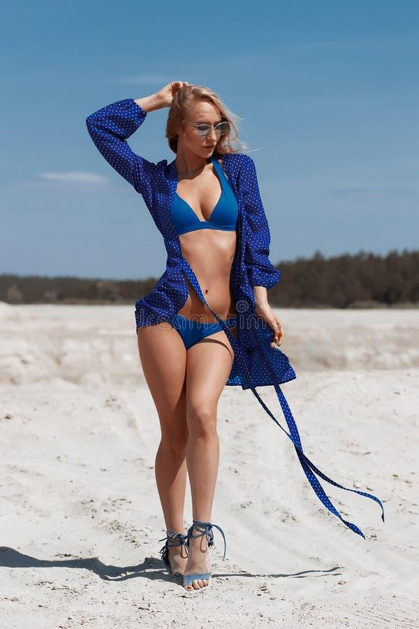 Chica joven hermosa en un bikini atractivo en la playa foto de archivo libre de regalías