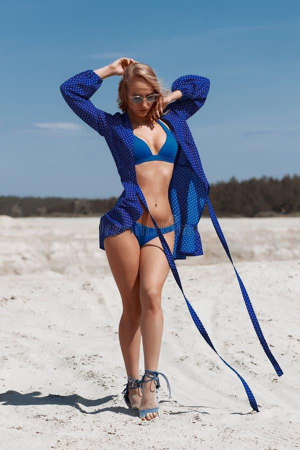 Chica joven hermosa en un bikini atractivo en la playa imágenes de archivo libres de regalías