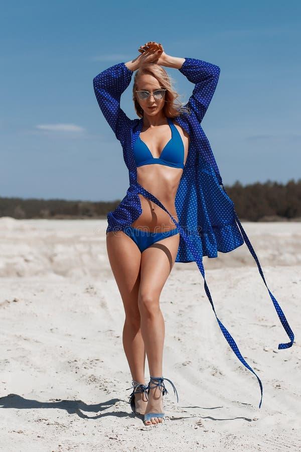 Chica joven hermosa en un bikini atractivo en la playa imagen de archivo