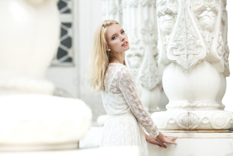 Chica joven hermosa en un vestido blanco del cordón imagenes de archivo