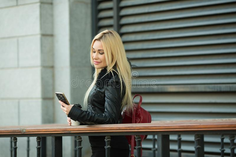 Chica joven hermosa en una chaqueta negra al aire libre imagen de archivo libre de regalías