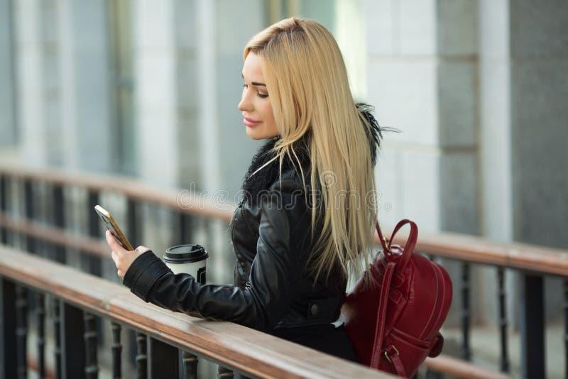 Chica joven hermosa en una chaqueta negra al aire libre imágenes de archivo libres de regalías