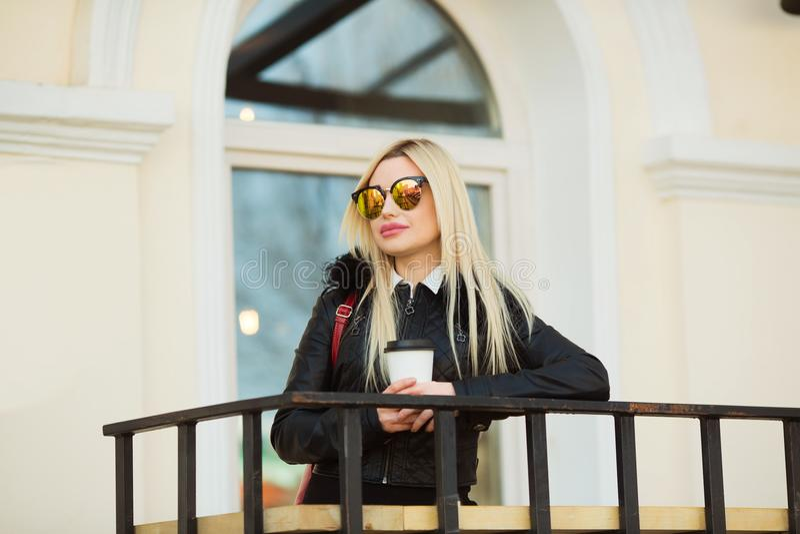 Chica joven hermosa en una chaqueta negra y vidrios fotografía de archivo libre de regalías