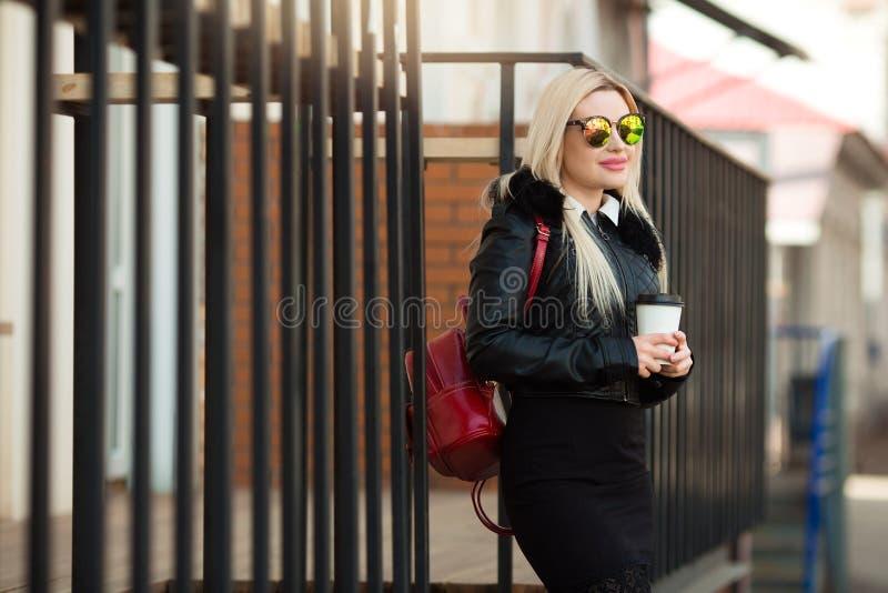 Chica joven hermosa en una chaqueta negra y vidrios imágenes de archivo libres de regalías