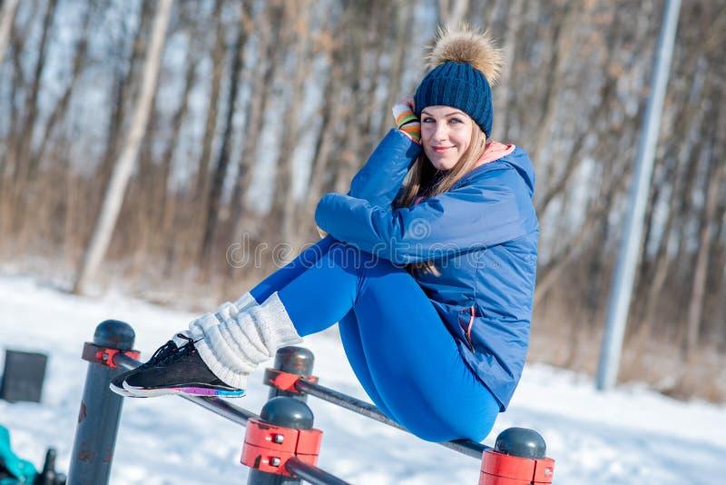 Chica joven hermosa que hace estirar, aptitud en un campo de deportes fotografía de archivo libre de regalías