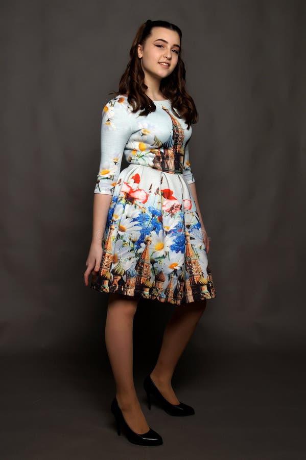 Chica joven hermosa que presenta en un vestido nacional ruso fotos de archivo libres de regalías
