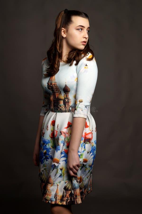 Chica joven hermosa que presenta en un vestido nacional ruso imagenes de archivo
