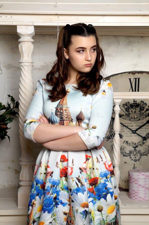 Chica joven hermosa que presenta en un vestido nacional ruso imagen de archivo