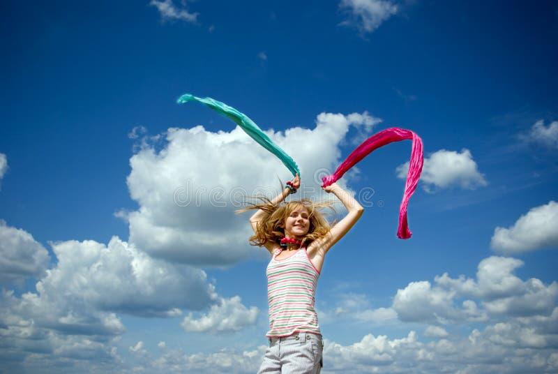Chica joven hermosa que salta en un día asoleado imagen de archivo libre de regalías