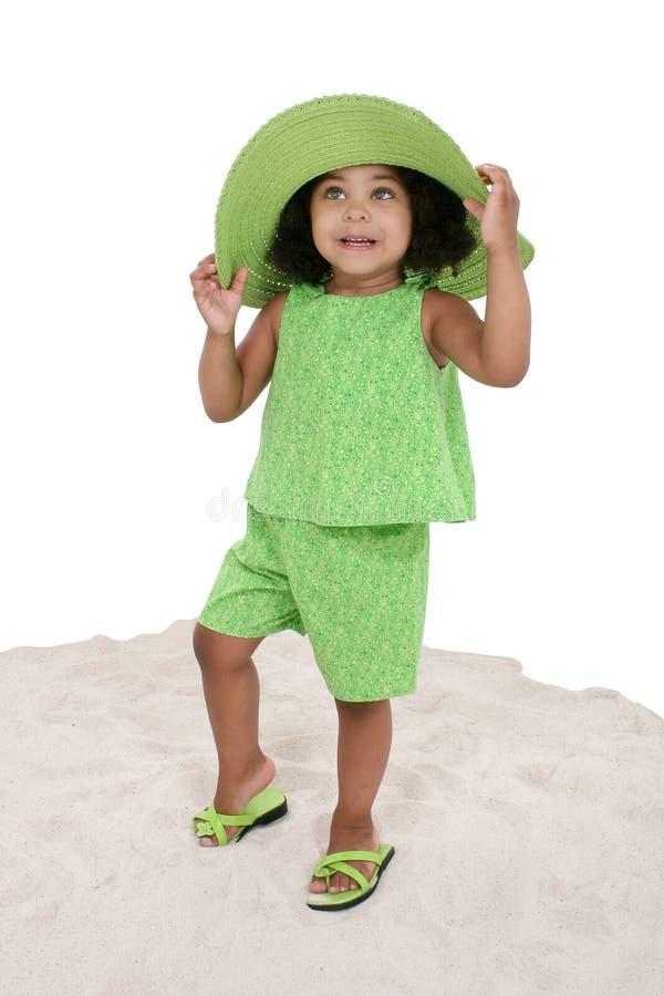 Chica joven hermosa que se coloca en la arena imagen de archivo libre de regalías