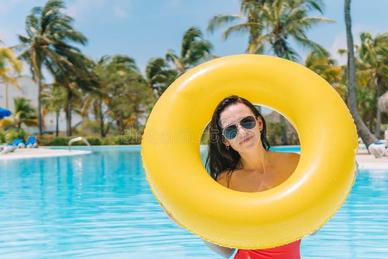 Chica joven hermosa que se relaja en la piscina al aire libre fotografía de archivo libre de regalías