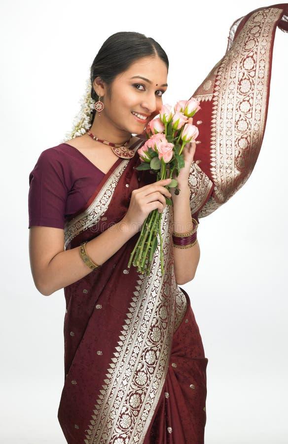 Chica joven india con las flores rosadas imagenes de archivo
