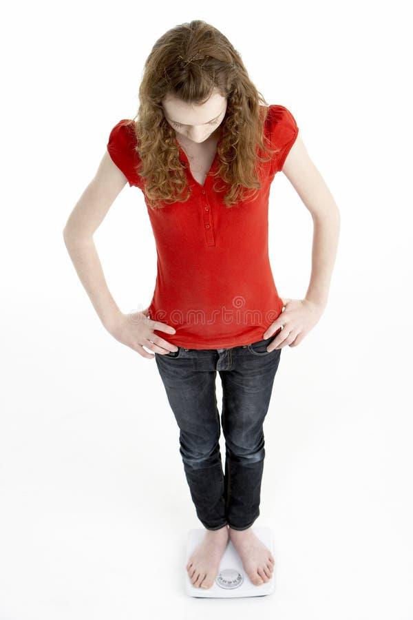 Chica joven infeliz que se coloca en escalas imagenes de archivo