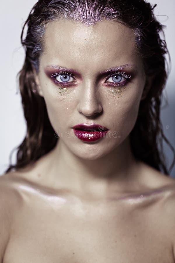 Chica joven linda con arte creativo del maquillaje. foto de archivo libre de regalías