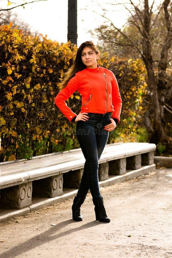 Chica joven linda en chaqueta anaranjada foto de archivo libre de regalías