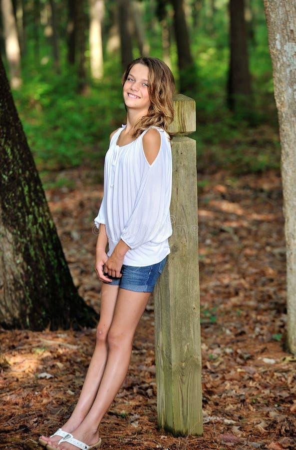 Chica joven linda en las maderas fotografía de archivo libre de regalías