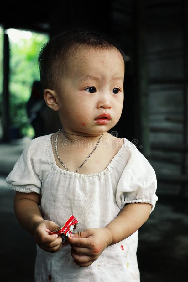 chica joven linda que come un caramelo en casa en el balcón imágenes de archivo libres de regalías