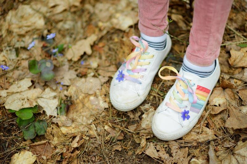 Chica joven linda que se divierte durante alza del bosque en día de primavera temprano hermoso Ocio activo de la familia con los  imagenes de archivo