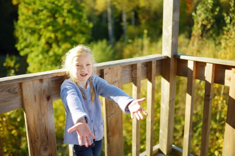 Chica joven linda que se divierte durante alza del bosque en d?a de verano hermoso Naturaleza de exploraci?n del ni?o imagen de archivo